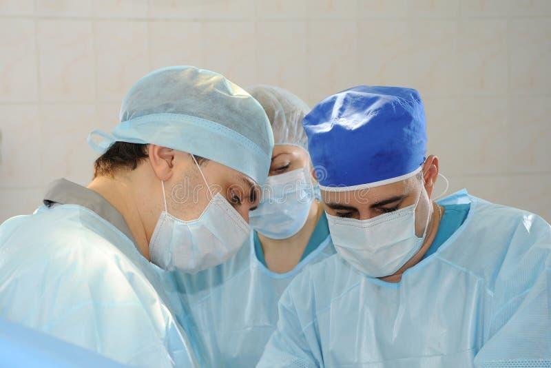 Chirurgen tun die Operation lizenzfreie stockfotos