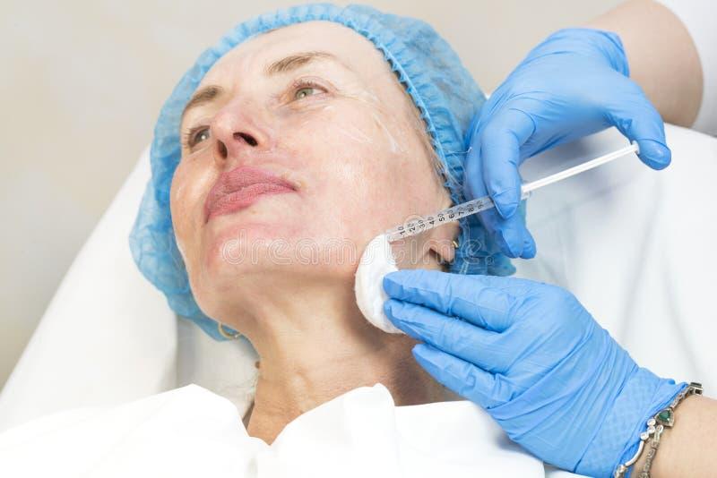 Chirurgia estetica, procedura della medicina per una donna adulta immagini stock libere da diritti
