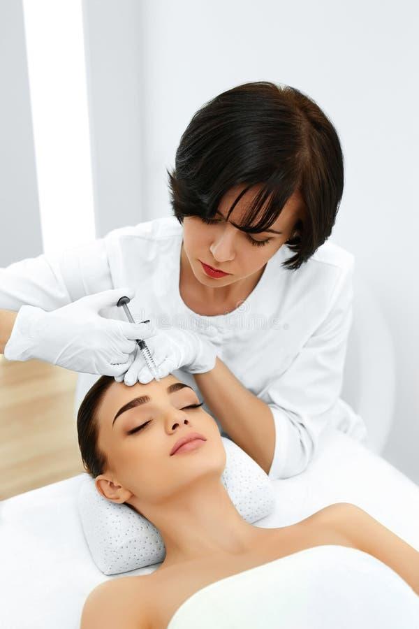 Chirurgia plastica La donna ottiene l'iniezione cosmetica cosmetology bea fotografia stock libera da diritti