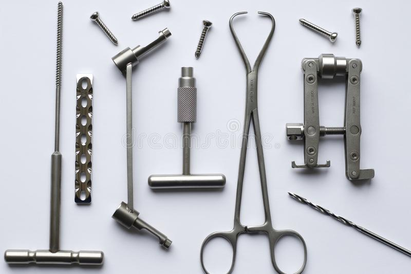 Chirurgicznie śruby dla operacji w traumatologii i talerze obrazy stock