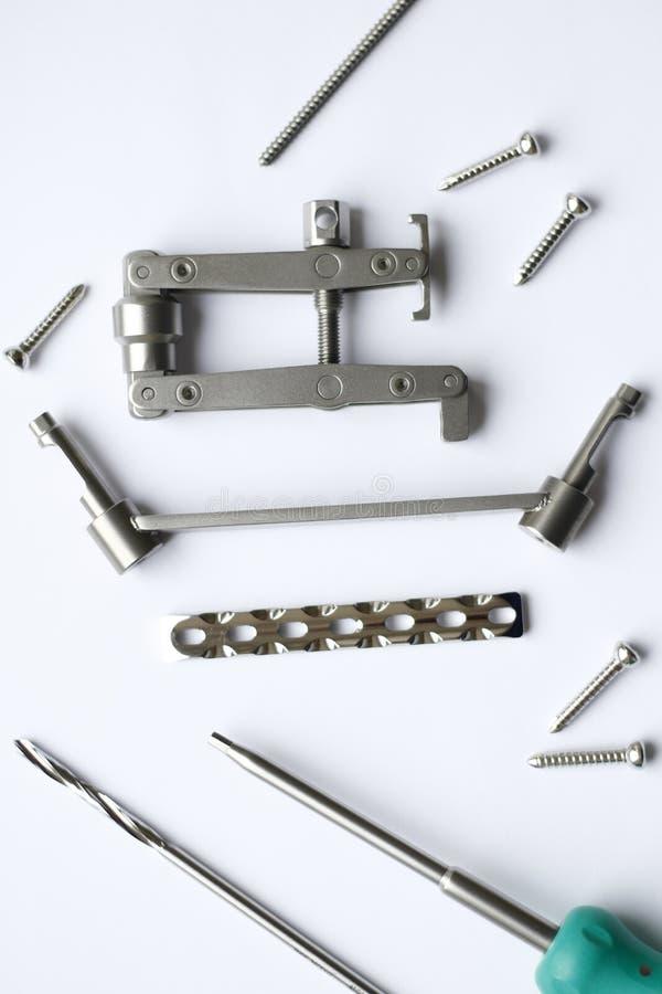 Chirurgicznie śruby dla operacji w traumatologii i talerze zdjęcie stock