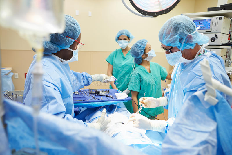 Chirurgicznie drużyna Pracuje W Operacyjnym Theatre obraz stock