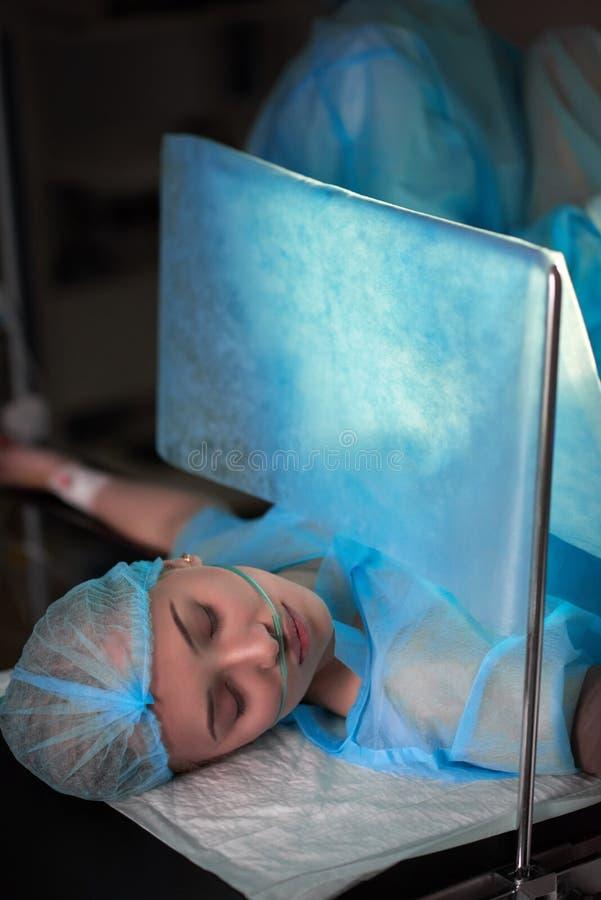Chirurgie subissante patiente femelle photographie stock libre de droits