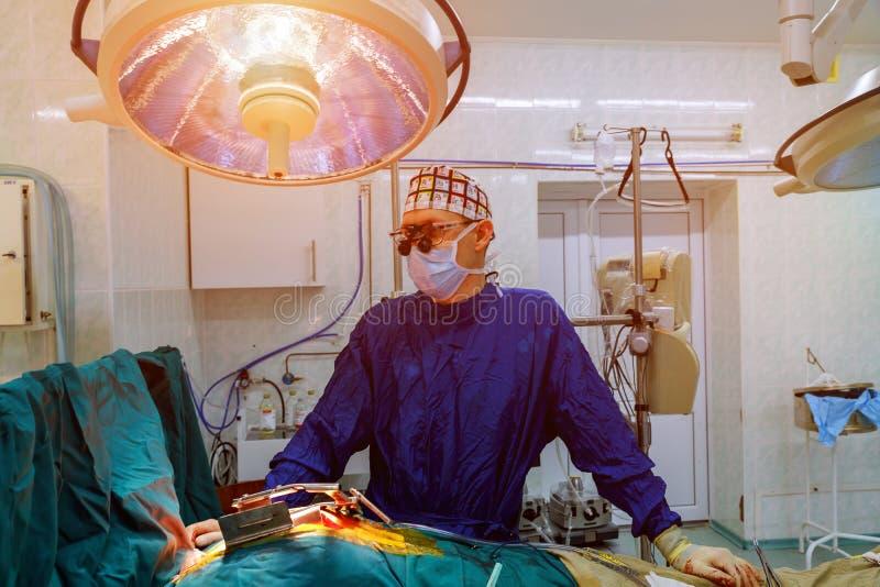 Chirurgiedoktor in der Chirurgiemitte für Interventionen mit Chirurgiewerkzeugen in der Chirurgoperation für offenes Herz stockbilder