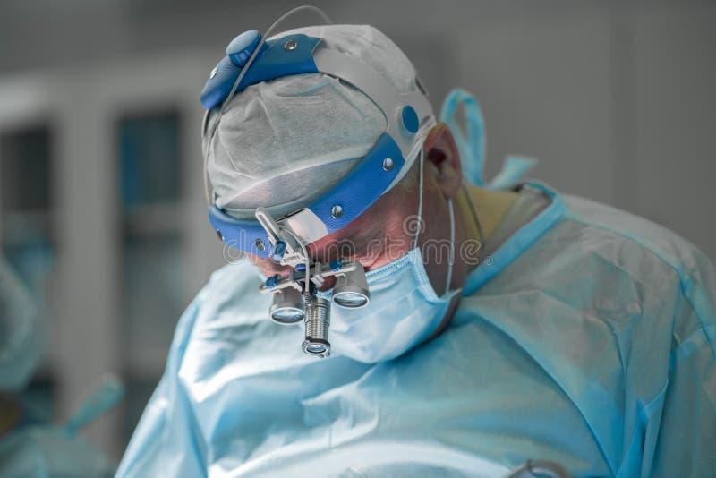 Chirurgien exécutant la chirurgie plastique photos libres de droits
