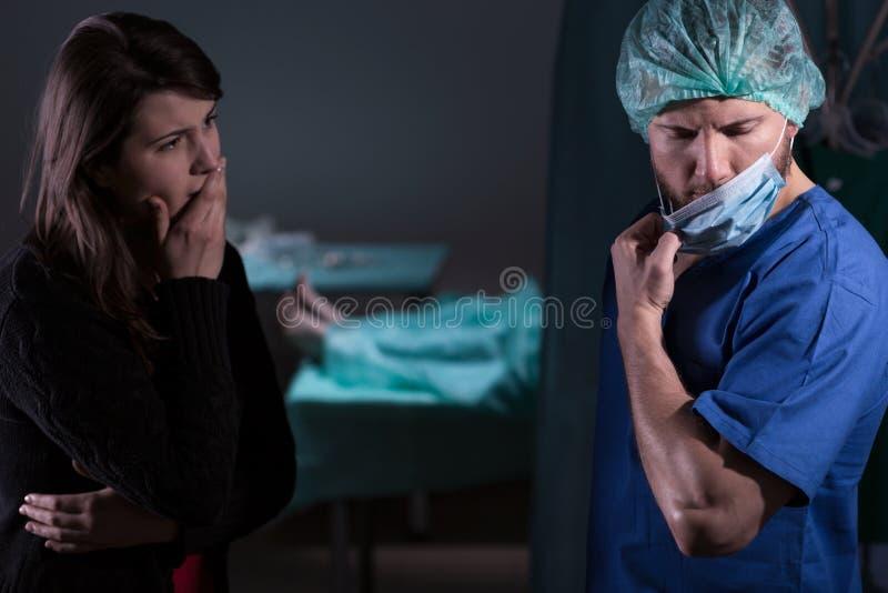 Chirurgien parlant de la mort image stock
