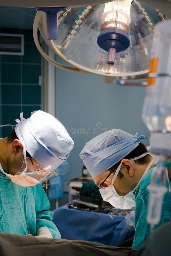 Chirurgiens à l'exécution photos libres de droits