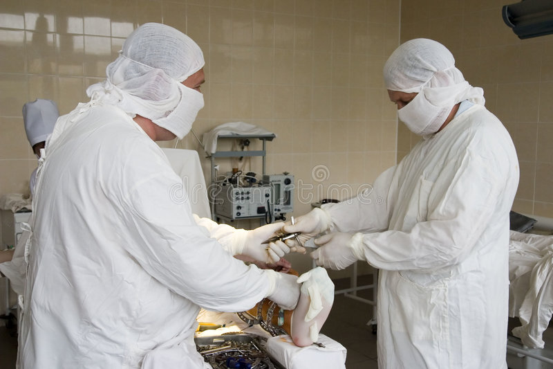 Chirurgiens au travail photo libre de droits