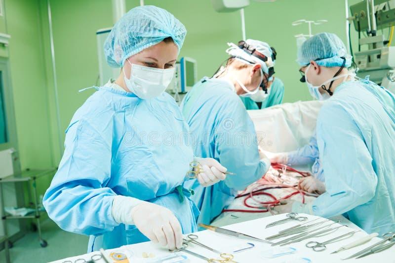 Chirurgiens au travail médecins féminins fonctionnant dans l'hôpital de chirurgie d'enfant images libres de droits
