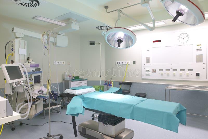 Chirurgieraum mit Bett und Maschinerie. lizenzfreies stockfoto