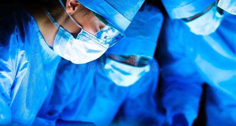 Chirurgieteam in de werkende ruimte royalty-vrije stock foto