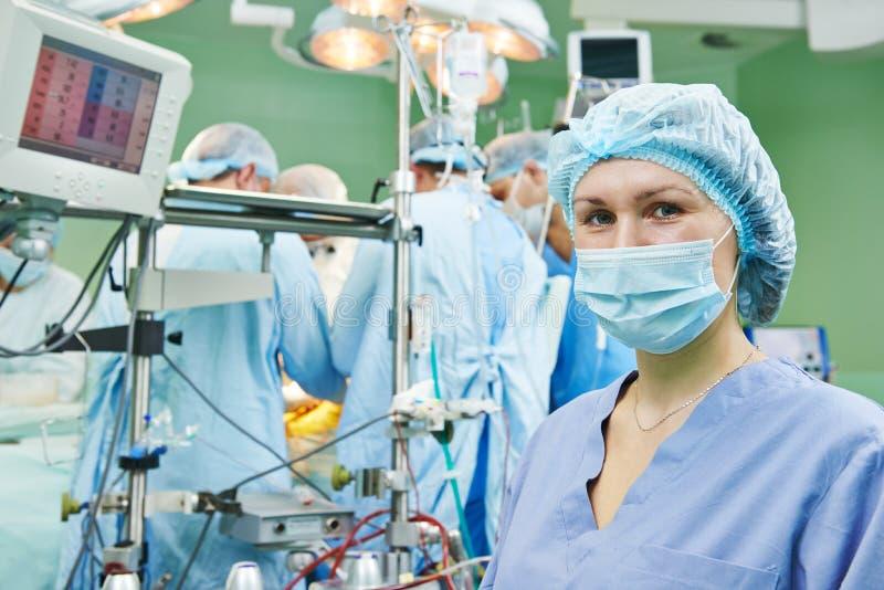 Chirurgieverpleegster die tijdens verrichting werken stock foto