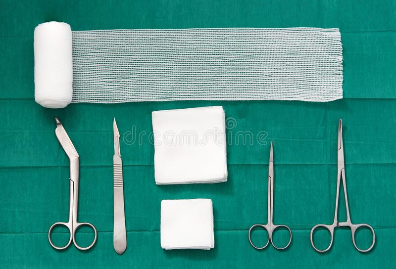 Chirurgiewerkzeuge, Scheren, Rollengaze, Verband, Auflage, Klammer, Blatt, knif stockfoto