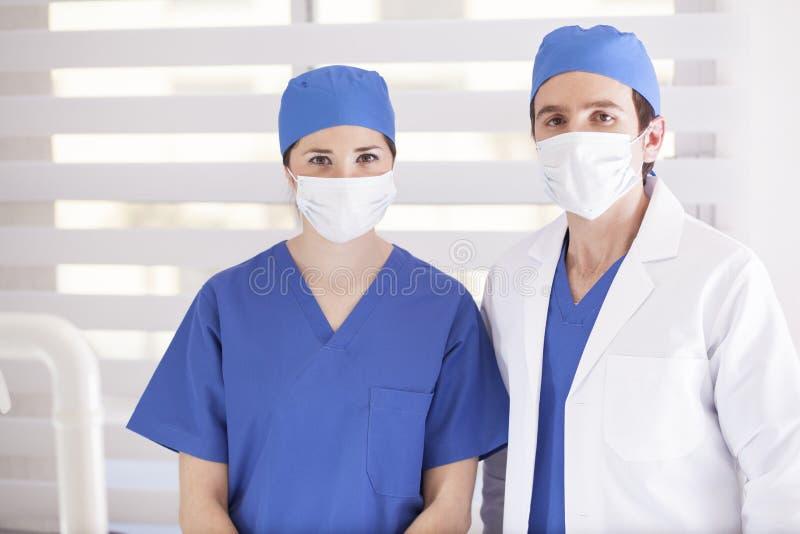 Chirurgisch team klaar te werken royalty-vrije stock afbeelding