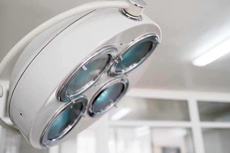 Chirurgische lamp in verrichtingsruimte Medische apparatuur stock afbeeldingen