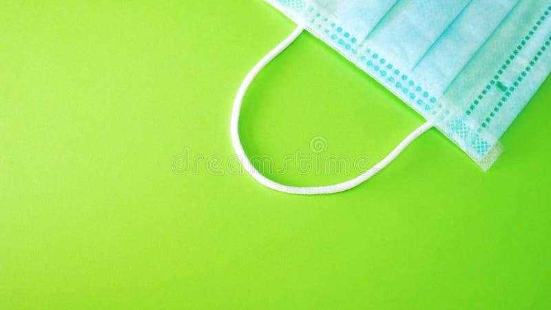 Chirurgische oder VerfahrensGesichtsmaske am grünen Hintergrund lizenzfreies stockfoto