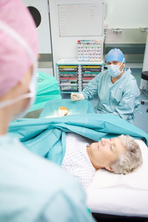 Chirurgisches Team, das Operation durchführt lizenzfreies stockfoto