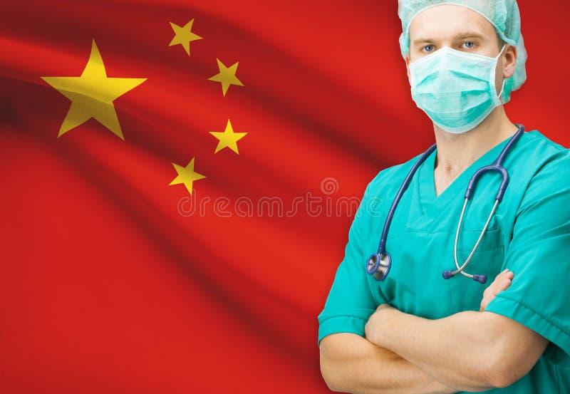 Chirurgo con la bandiera nazionale sulla serie del fondo - Repubblica popolare cinese fotografie stock