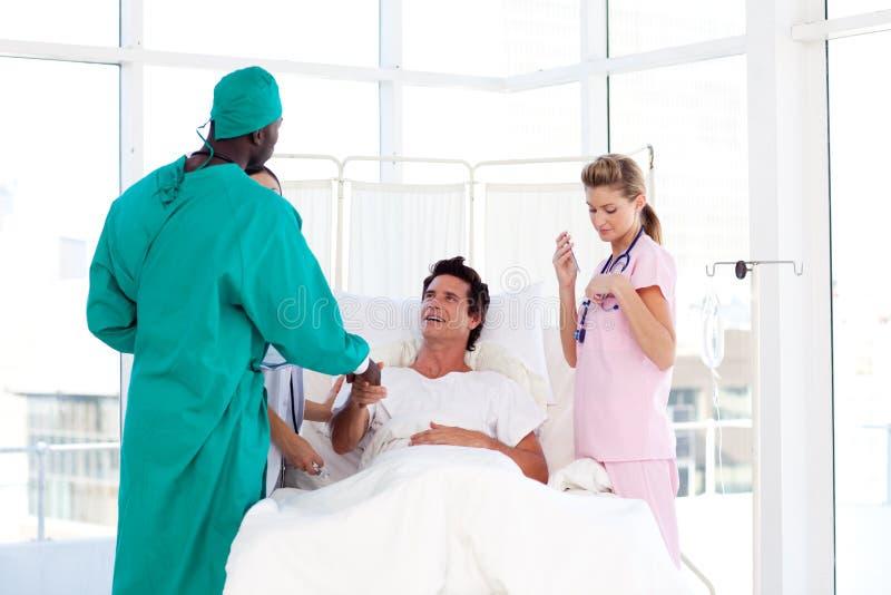 Chirurgo del African-American che accoglie il suo paziente immagine stock