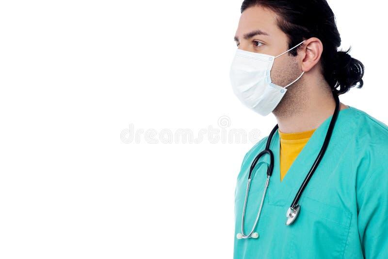 Chirurgo maschio con la maschera di protezione immagine stock libera da diritti