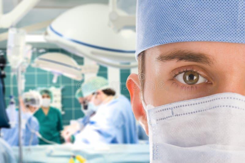 Chirurgo maschio con la sua squadra fotografia stock libera da diritti