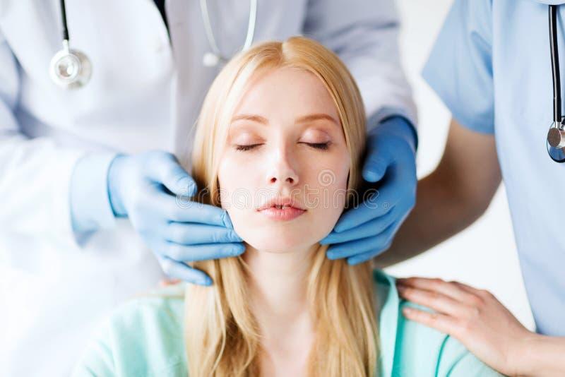 Chirurgo plastico o medico con il paziente immagine stock