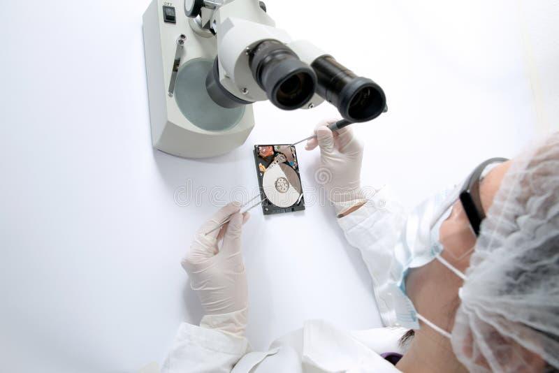 Chirurgo tecnico che lavora al disco rigido - recupero di dati immagini stock