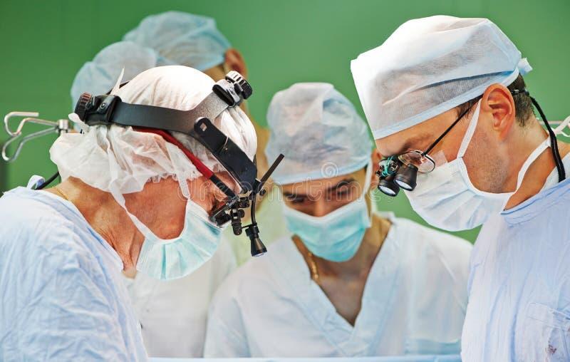 Chirurgteam an der Operation stockfotos