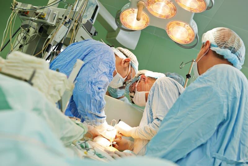 Chirurgteam an der Operation lizenzfreies stockbild