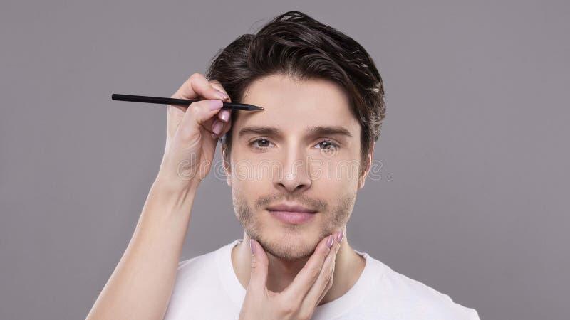 Chirurgzeichnung markiert auf männlichem Gesicht, Panorama lizenzfreies stockfoto