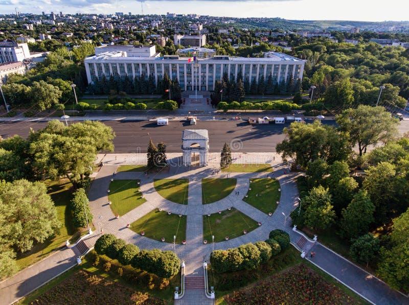 Chisinau, de Triomfantelijke Boog, het Grote Nationale assembleevierkant royalty-vrije stock afbeeldingen