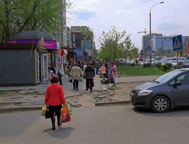 Chisinau, el Moldavia - 21 de abril de 2019 Centro de la ciudad peatonal apretado de la calle foto de archivo libre de regalías