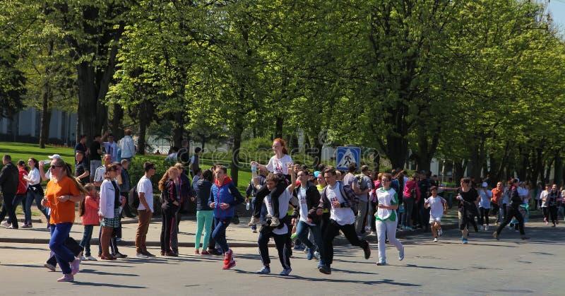 Chisinau, el Moldavia 26 de abril Corredores de maratón en la calle Stef foto de archivo