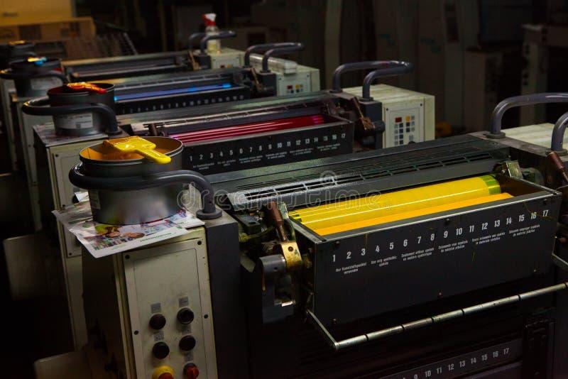 CHISINAU, EL MOLDAVIA - 26 DE ABRIL DE 2016: Trabajadores en casa de impresión Gente que trabaja en la impresora en fábrica de la foto de archivo