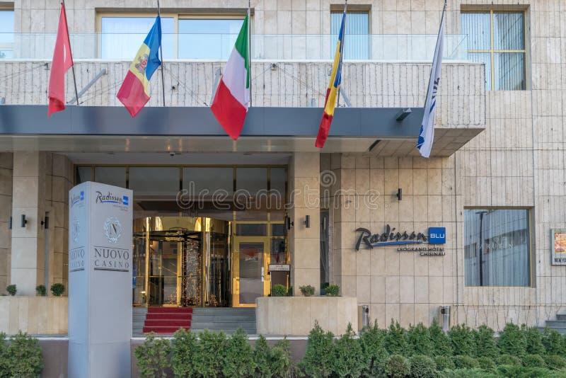 CHISINAU, EL MOLDAVIA - 31 DE DICIEMBRE DE 2017: La entrada del hotel azul de Radisson en Chisinau, República del Moldavia fotos de archivo