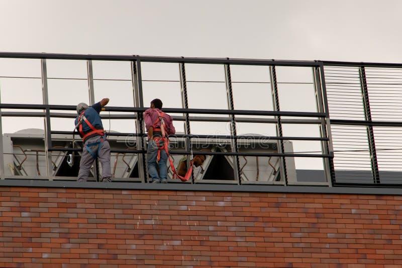 Chisinau, Moldau - 14 juillet 2019 Les gens travaillent au toit photos libres de droits