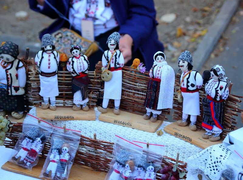 Chisinau, Moldavië, 10 14 2014, zacht speelgoed in de volksstijl voor verkoop bij de festivalstad van Chisinau stock fotografie
