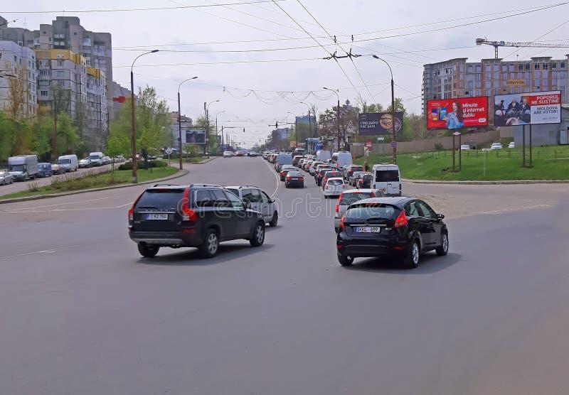Chisinau, Moldavi? - April 21, 2019 Autoverkeer, opstopping in de stad stock afbeelding