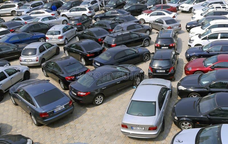 Chisinau, Moldavia - 21 aprile 2019 Molte automobili sulla vendita fuori fotografie stock