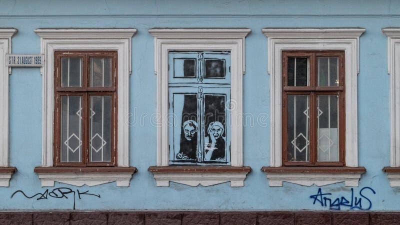 CHISINAU MOLDAVIEN - 3 JANUARI, 2017: En grafitti i mitten av Chisinau, på en övergiven byggnad, danande en referens till elden royaltyfri foto
