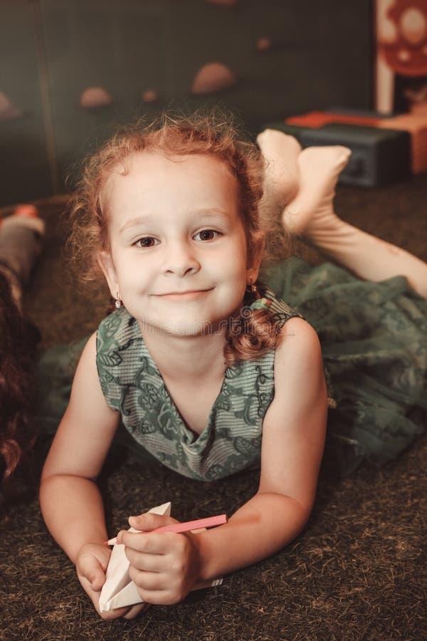 Chisinau Moldavien - Juli 15, 2019: stående av en gullig liten flicka Attraktioner med kulöra blyertspennor på papper arkivbilder