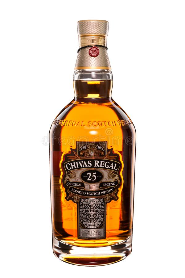 Chisinau Moldavien - November 02, 2016: Chivas Regal 25 blandade år kväv whisky som isoleras på vit bakgrund arkivbilder
