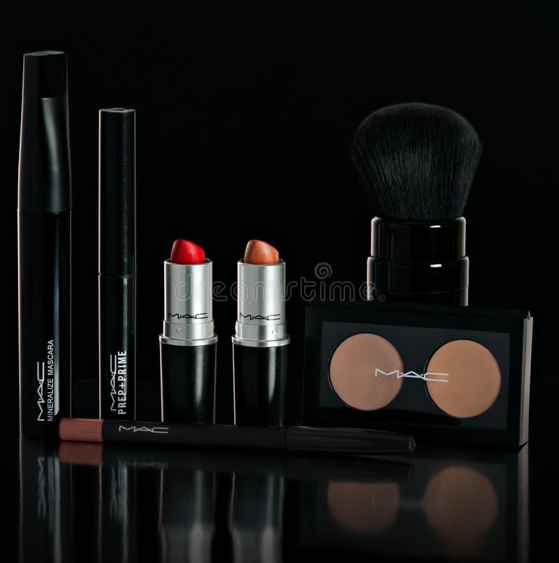Chisinau Moldavien - Oktober 11, 2016: Ställ in företagsMac-makeup Läppstift mascara, pulver, borste, blyertspenna På en svartbac arkivfoton