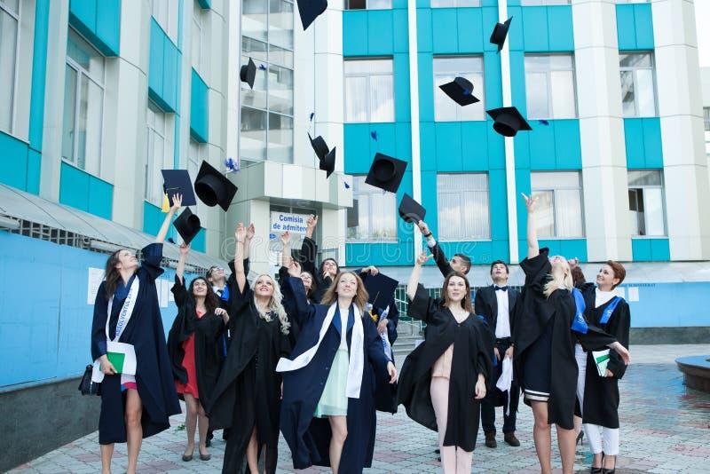 Chisinau, Moldova - 11 de julho de 2014: Graduação, estudantes, educação Grupo de estudantes de graduação europeus que comemoram  fotografia de stock