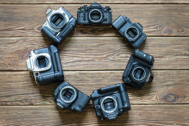 Chisinau, Moldova - 14 mars 2018 : les différents modèles des appareils-photo de Canon ont arrangé en cercle Fond en bois image libre de droits