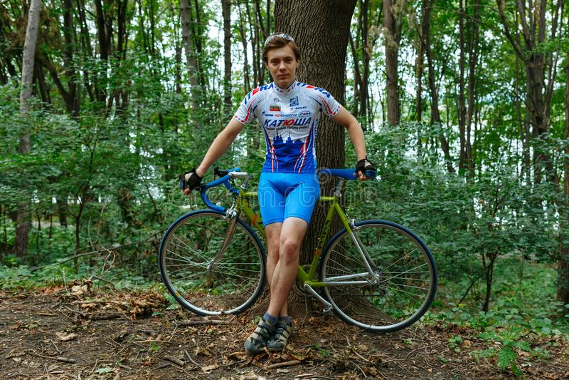 Chisinau, república de Moldova - 16 de julho de 2017: ciclista na equipe Katusha que senta-se na bicicleta imagem de stock
