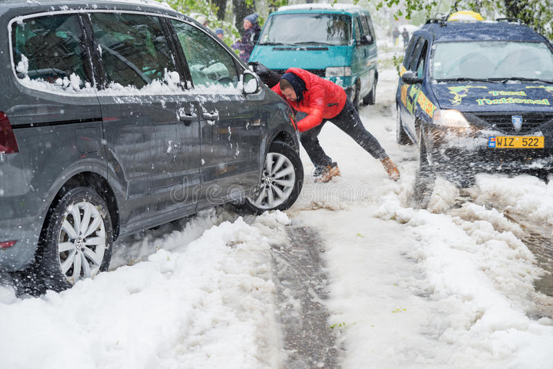 Chisinau, Repubblica di Moldavia - 20 aprile 2017: Tempo del genere, neve Ondata di freddo anormale ad aprile La gente è l'elimin immagine stock