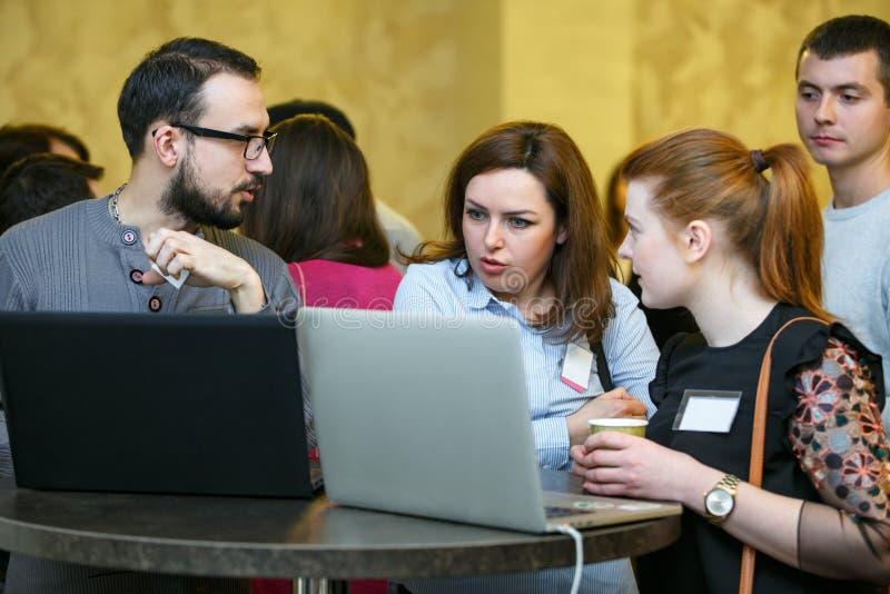 Chisinau, Republik von Moldau - 17. Februar 2018: Arbeit und Geschäft Gruppenkollegen, die am Projekt auf Laptop arbeiten lizenzfreie stockfotos
