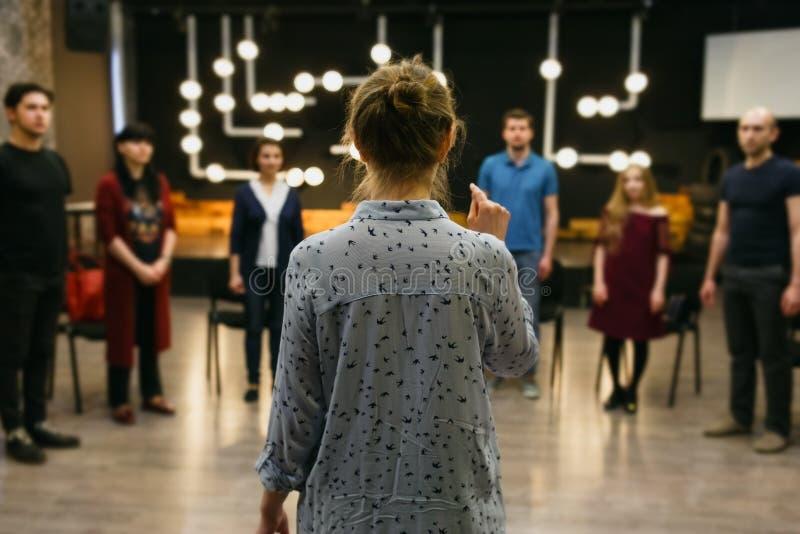 Chisinau, republika Moldova, Kwiecień - 30, 2018: Nauczyciel działania lub biznesu trener stoi z powrotem przed grupą ucznie obraz royalty free