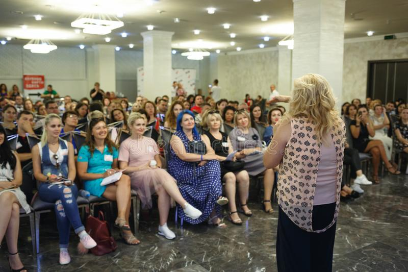 Chisinau, republika Moldova, Lipiec - 12, 2018: mówca przy Biznesową konferencją i prezentacją widok z powrotem Widownia przy th zdjęcia stock